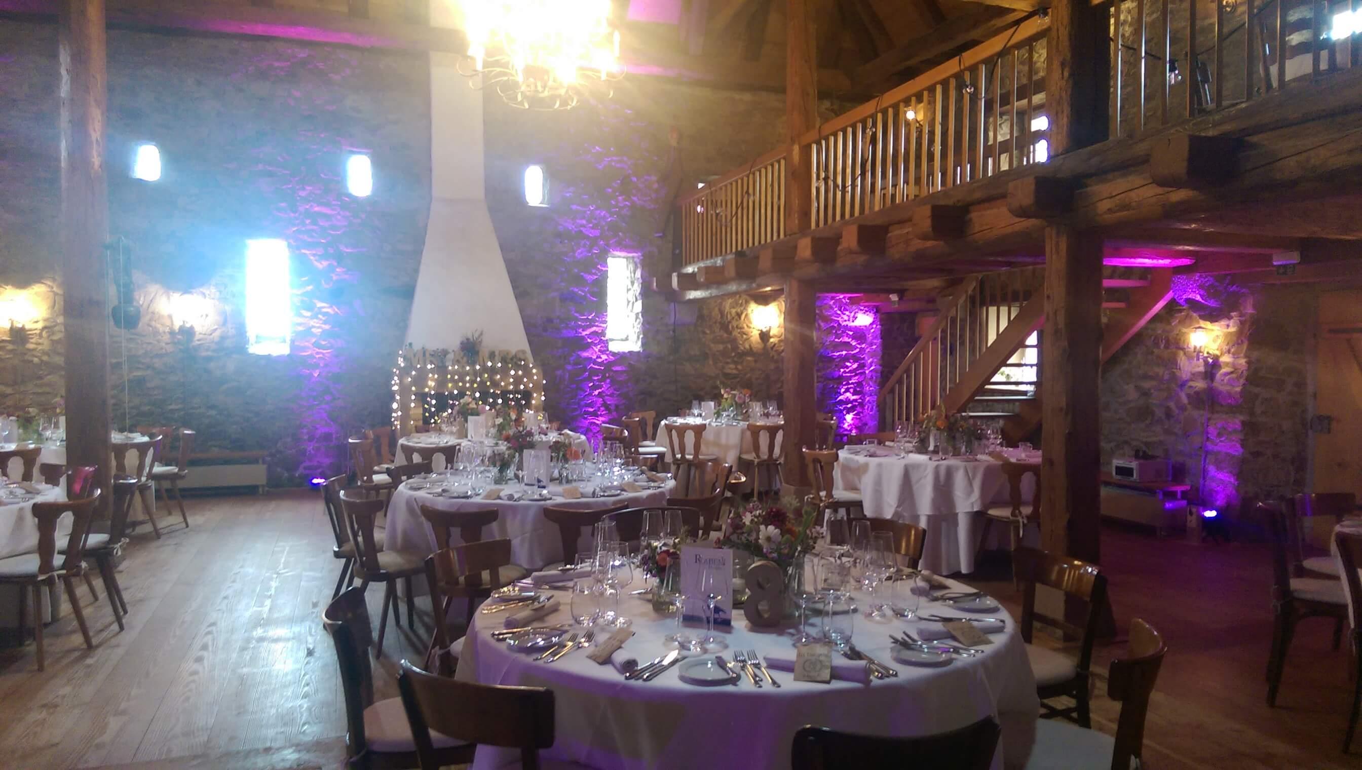 DJ Hochzeit - Ausgeleuchteter und dekorierter Raum bei einer Hochzeit